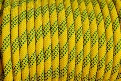 Tło z wspinaczkowym linowym kolorem żółtym, pomarańcze, kolor żółty i zielenieje arkanę dla wspinać się sport Tło dla halnych spo fotografia royalty free