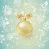 Tło z Złotą Bożenarodzeniową piłką i płatkami śniegu Zdjęcia Stock