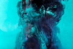 tło z zmrokiem - błękitni zawijasy farba w turkus wodzie zdjęcie stock