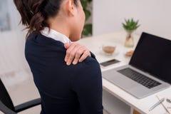 tło zamazywał biznesowych ostrości ręki monitoru szyi bólu osoby stołu potomstwa Ostrość na ręce na szyi z Obraz Stock