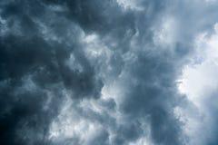 Tło zmrok chmurnieje przed burzą, światło słoneczne przez zmrok chmur tła bardzo, Biała dziura w trąbie powietrznej dar Obrazy Stock