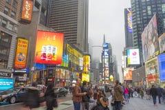 Tłoczący się turystyczny odprowadzenie w times square z DOWODZONYMI znakami Zdjęcie Stock