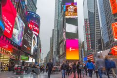 Tłoczący się turystyczny odprowadzenie w times square z DOWODZONYMI znakami Zdjęcia Stock