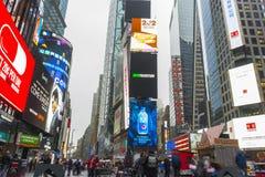 Tłoczący się turystyczny odprowadzenie w times square z DOWODZONYMI znakami Zdjęcie Royalty Free