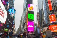 Tłoczący się turystyczny odprowadzenie w times square z DOWODZONYMI znakami Zdjęcia Royalty Free
