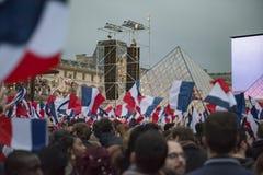 Tłoczę się świętuje Macron ` s zwycięstwo przy louvre muzeum Obraz Royalty Free