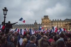 Tłoczę się świętuje Macron ` s zwycięstwo przy louvre muzeum Zdjęcia Royalty Free