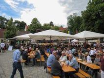 Tłoczy się łasowanie przy morelowym uprawa festiwalem w Poysdorf zdjęcie royalty free