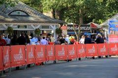 Tłoczy się czekanie przy bramą Saratoga Biegowy kurs, Sierpień 29th, 2015 zdjęcia stock