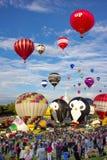 Tłoczy się dopatrywanie Balonowego festiwal Obraz Stock
