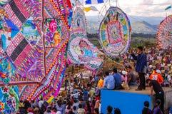 Tłoczy się & gigantyczne kanie w cmentarzu, Wszystkie świętego dzień, Gwatemala Fotografia Stock