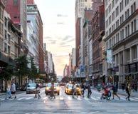 Tłoczy się ludzie chodzi przez ruchliwie Miasto Nowy Jork ulicę obrazy royalty free