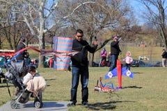Tłoczy się ludzie dostaje przygotowywający wchodzić do ich kanie w rywalizaci, kania festiwal, Waszyngton, DC, Kwiecień, 2015 Zdjęcie Royalty Free