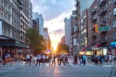 Tłoczy się ludzie krzyży ruchliwie skrzyżowanie na 23rd ulicie i 6th aleję w Manhattan z kolorowym zmierzchem zdjęcie royalty free