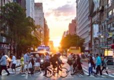 Tłoczy się ludzie krzyży ruchliwie skrzyżowanie w Miasto Nowy Jork obrazy royalty free