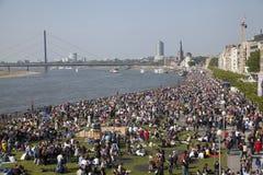 Tłoczy się ludzie na banku Rhein Obrazy Stock