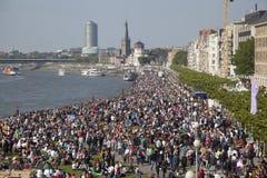 Tłoczy się ludzie na banku Rhein Obrazy Royalty Free