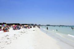 Tłoczy się ludzie przy sjesty plażą obraz stock