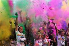Tłoczy się niezidentyfikowani ludzie przy koloru bieg Fotografia Royalty Free