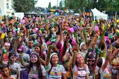 Tłoczy się niezidentyfikowani ludzie przy koloru bieg Zdjęcia Royalty Free