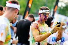 Tłoczy się niezidentyfikowani ludzie przy koloru bieg Obrazy Stock