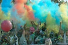 Tłoczy się niezidentyfikowani ludzie przy koloru bieg Obrazy Royalty Free