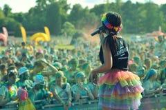 Tłoczy się niezidentyfikowani ludzie przy koloru bieg Obraz Royalty Free