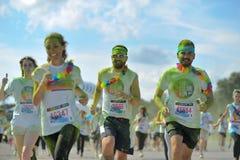Tłoczy się niezidentyfikowani ludzie przy koloru bieg Tropicolor Fotografia Royalty Free