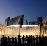 Tłoczy się oglądać Dubaj centrum handlowego światła i fontanny Fotografia Royalty Free