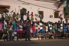 Tłoczy się oglądać parady podczas Karnawałowych świętowań w mieście Bisssau zdjęcia stock