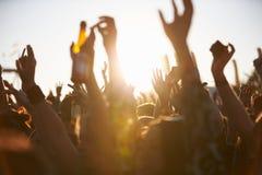 Tłoczy się ono Cieszyć się Przy Plenerowym festiwalem muzyki Obraz Stock