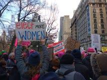Tłoczy się Protestować, kobiety ` s Marzec, NYC, NY, usa Obrazy Stock
