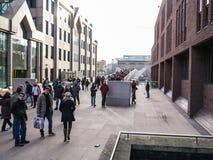 Tłoczy się przecinającego milenium most, Londyn, patrzeje w kierunku tate modern galerii obraz stock