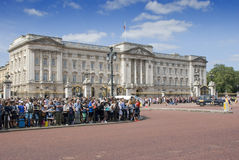Tłoczy się przy buckingham palace fotografia royalty free