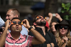 Tłoczy się przyglądającego up przy 2017 zaćmieniem w Miasto Nowy Jork Zdjęcie Stock
