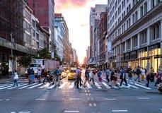 Tłoczy się różnorodni ludzie krzyży ruchliwie skrzyżowanie na 23rd ulicie i 5th aleję w Manhattan Miasto Nowy Jork fotografia royalty free