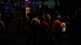 Tłoczy się tana przy koncertowym RotFront od Berlin, Niemcy zbiory wideo