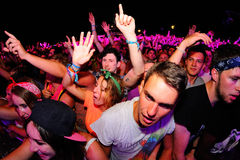 Tłoczy się tana z muzyką przy kłamstewko festiwalem Zdjęcie Stock