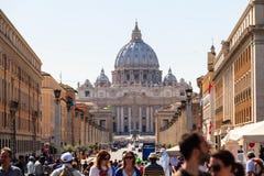 Tłoczy się turyści w tle kopuła świętego Peter katedr bazylika Fotografia Royalty Free
