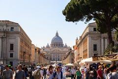 Tłoczy się turyści w tle kopuła świętego Peter katedr bazylika Zdjęcia Stock