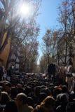 Tłoczy się w El Rastro rynku, Madryt obraz stock