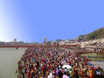 Tłoczy się w Haridwar Ganges ghat, Religijna turystyka zdjęcie stock