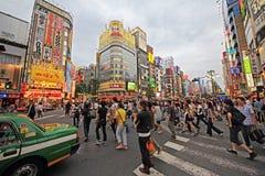 Tłoczy się w shinjuku okręgu, Tokyo, Japonia Obrazy Stock