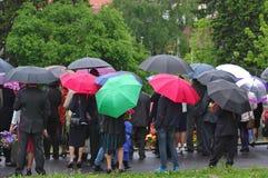 Tłoczy się z multicololr flowersin i parasolami deszcz obrazy royalty free