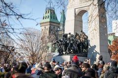 Tłoczy się zgromadzenie na Krajowym Wojennym pomniku z parlamentem w tle, na wspominanie dniu upamiętniać kanadyjczyków które umi zdjęcia royalty free