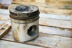 Tłok silnik na drewnianym tle, samochód części przemysł i dodatkowych części tło, tłok szkoda w ciężkich pracach Fotografia Stock