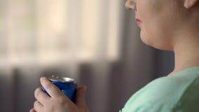 Tłuściuchna żeńska pije soda lub piwo przy partyjny samotnym, szybkie żarcie powodujemy nadwaga zdjęcia stock