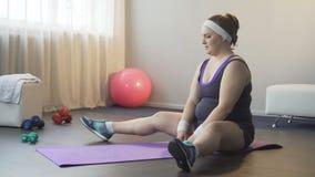 Tłuściuchna dziewczyny zgromadzenia siła i dostawać w dół trudny rozciąganie ćwiczymy zbiory