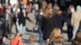 Tłum anonimowi ludzie chodzi na ruchliwej ulicie zbiory wideo