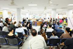 Tłum czeka w Azjatyckim szpitalu zdjęcia stock